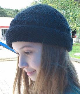 gorro de lã  preto na cabeça de uma menina