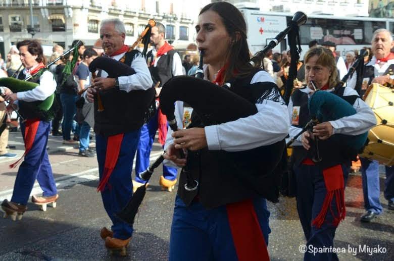Fiesta de la Trashumancia Madrid  ソル広場を行進するガイタを吹く音楽隊