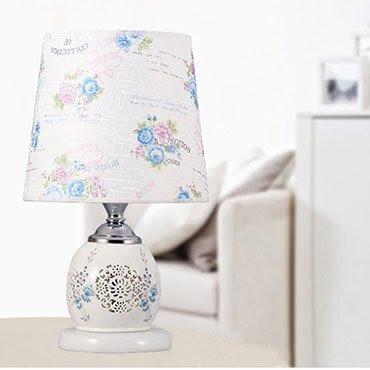 Sổ tay trang trí nội thất phòng ngủ có thêm đèn bàn gốm sứ trang nhã