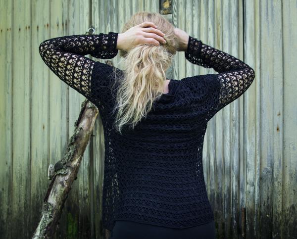 PauMau blogi nelkytplusbloggari nelkytplus asukuva tyyliblogi aikuisen naisen tyyli musta asu mekko pitsipusero pikkumusta  pitkä tukka