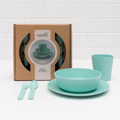 Plato, cuenco, vaso y cubiertos azules