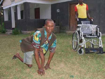 Un invalido sta per ricevere la carrozzina arrivata dall'Italia. 2008.