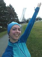 Coureuse souriante au parc Maisonneuve Montréal