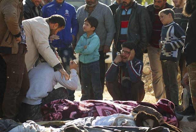 Populares choram vítimas civis feitas pela aviação russa em Ariha.