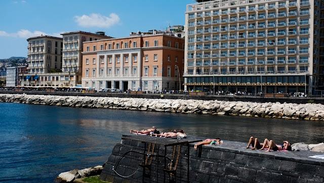 Tintarella a Borgo Marinari, a Napoli