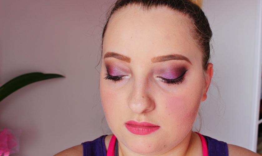 Minimalistyczny makijaż świąteczny z użyciem nowości.