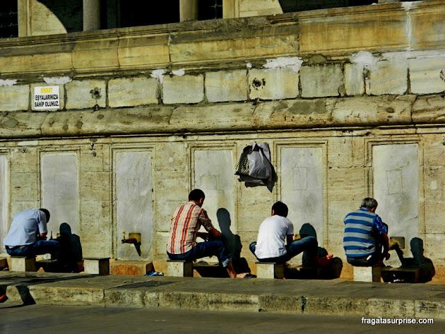 Fonte onde os fiéis fazem abluções antes das preces na Mesquita Nova de Istambul