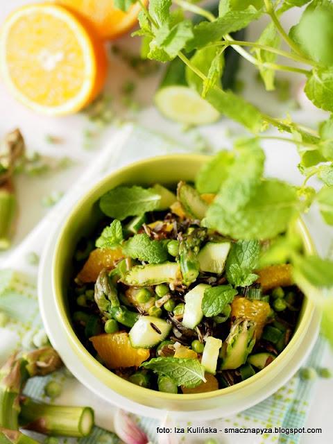 salatka ryzowa ze szparagami i groszkiem, zielone warzywa, szparagi, groszek zielony, groszek mrozony, poltino, mrozonki, dziki ryz, lunch, przekaska, grill, dodatek do grilla, samo zdrowie,