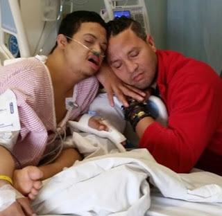 El actor José Manuel Rodríguez (La Diva) junto a su hijo con síndrome de down