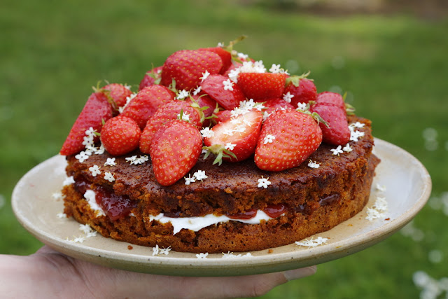 Elderflower-&-strawberry-cake