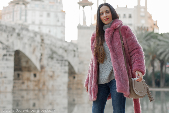 Ideas de outfits looks en Valencia que sean comodos y con estilo blogger influencer con vaqueros cropped Meltin Pot yabrigo de pelo artificial color rosa Selected Femme