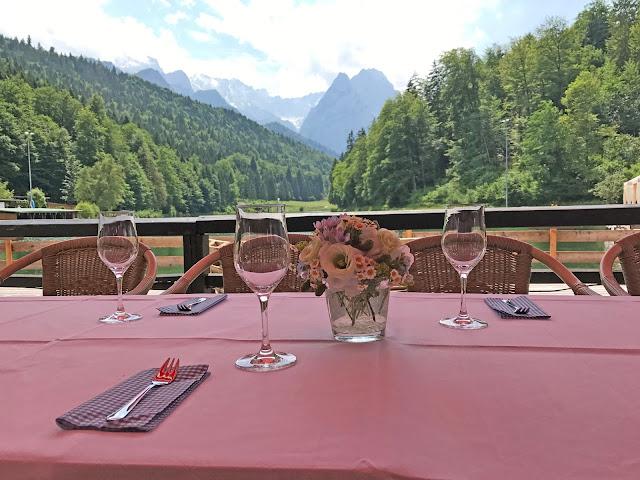 Kaffeetafel auf der Seeterrasse, Berghochzeit, Trachtenhochzeit in Himmelblau und Weiss, heiraten auf der Zugspitze, feiern im Riessersee Hochzeitshotel in Garmisch-Partenkirchen, Hochzeitsplanerin Uschi Glas