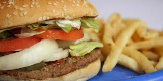 ΠΡΟΣΟΧΗ: Δείτε πως γίνεται το πλαστικό φαγητό στο στομάχι μας και δεν θα το ξαναβάλετε ποτέ στο στόμα σας