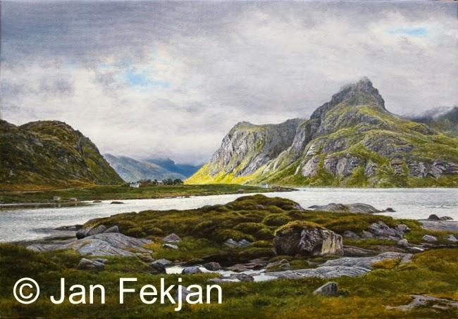 Bilde av digigrafiet 'Solgløtt, Lofoten'. Digitalt trykk laget på bakgrunn av et maleri. Et kystlandskap med fjære, svaberg, fjæresteiner, og en gård mellom fjell og fjord.  Stilen kan beskrives som figurativ, nasjonalromantisk og realistisk. Bildet er i breddeformat.