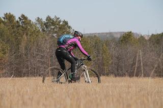 Велосипедист в поле