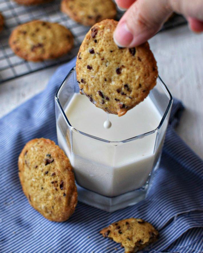 Las galletas con nibs de cacao se degustan muy bien con un vaso de leche o café