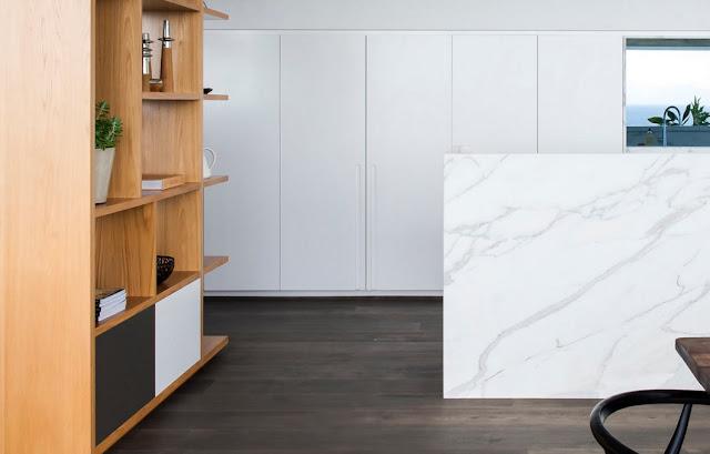 cocina-blanca-con-marmol-calacatta-minosa-design