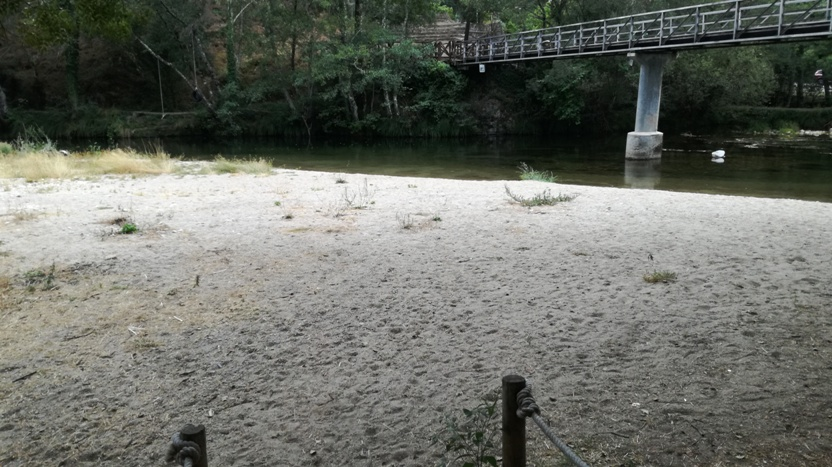 Zona de areal da praia fluvial de Ourondo