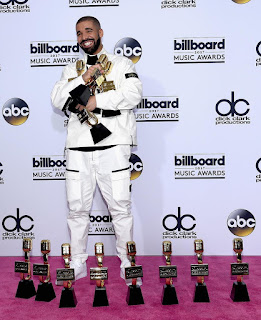 drake poses with his billboard awards