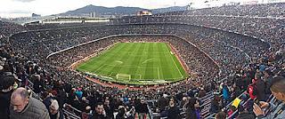 Estádio Camp Nou completamente lotado para o clássico