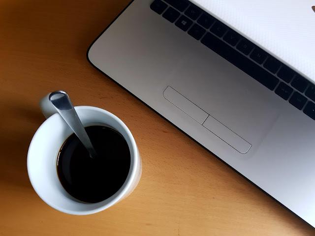 Sentir l'odeur du café frais envahir dans la cuisine et déguster mon café dans le calme.