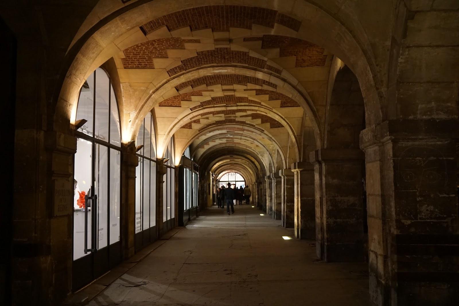 ヴォージュ広場(Place des Vosges)の回廊