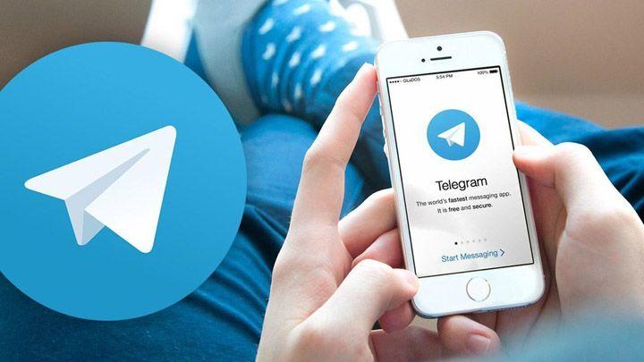 gambar seorang pria sedang menggunakan aplikasi telegram di iphone