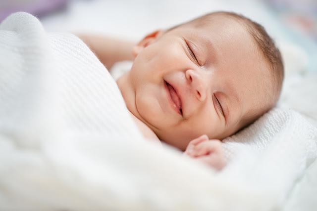 Почему дети улыбаются во сне?