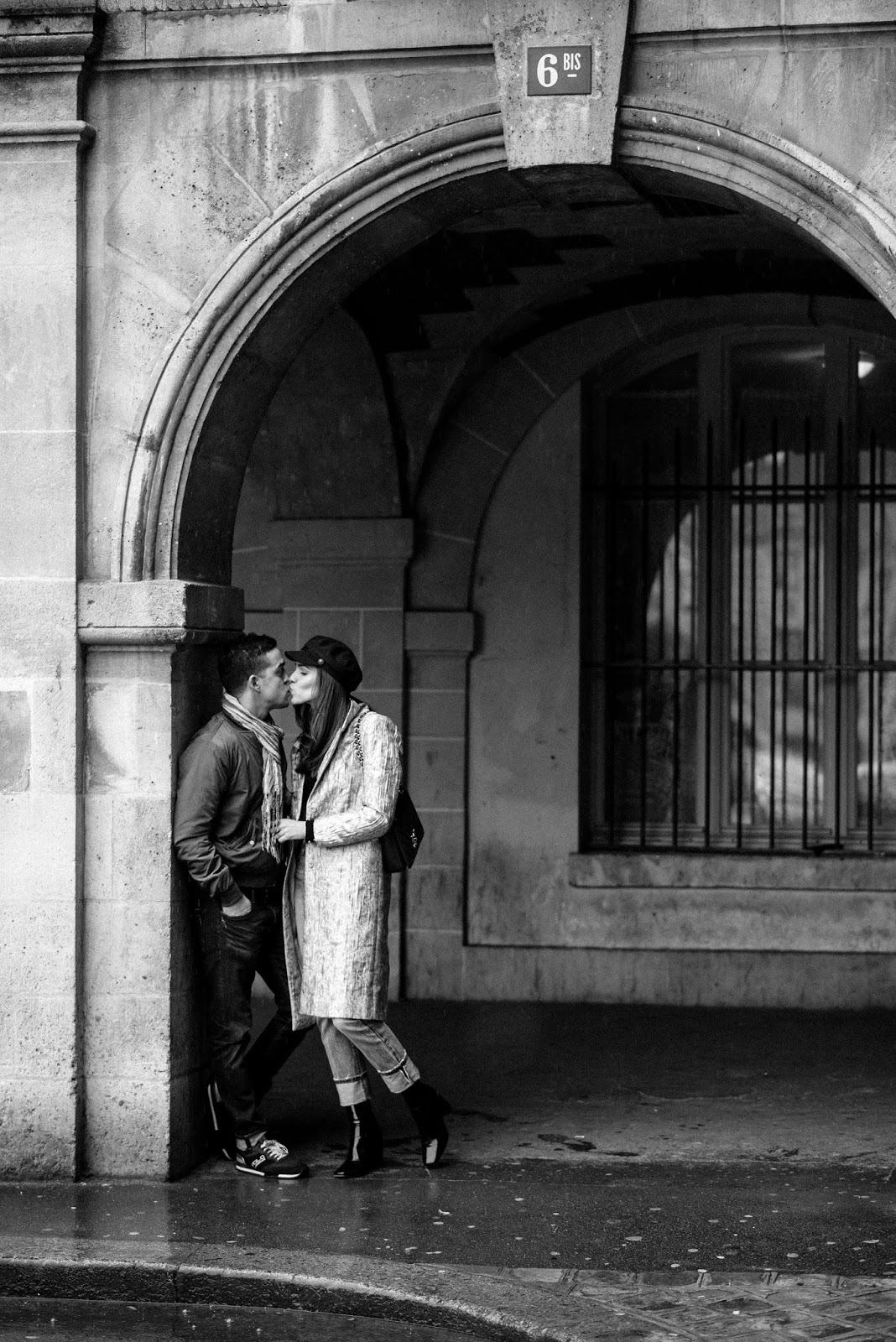 couple kissing black white photography