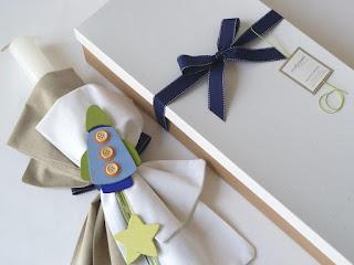 λαμπάδα βάπτισης με ασορτί κουτί με ξύλινο διαστημόπλοιο αστεράκια και υφασμάτινους φιόγκους