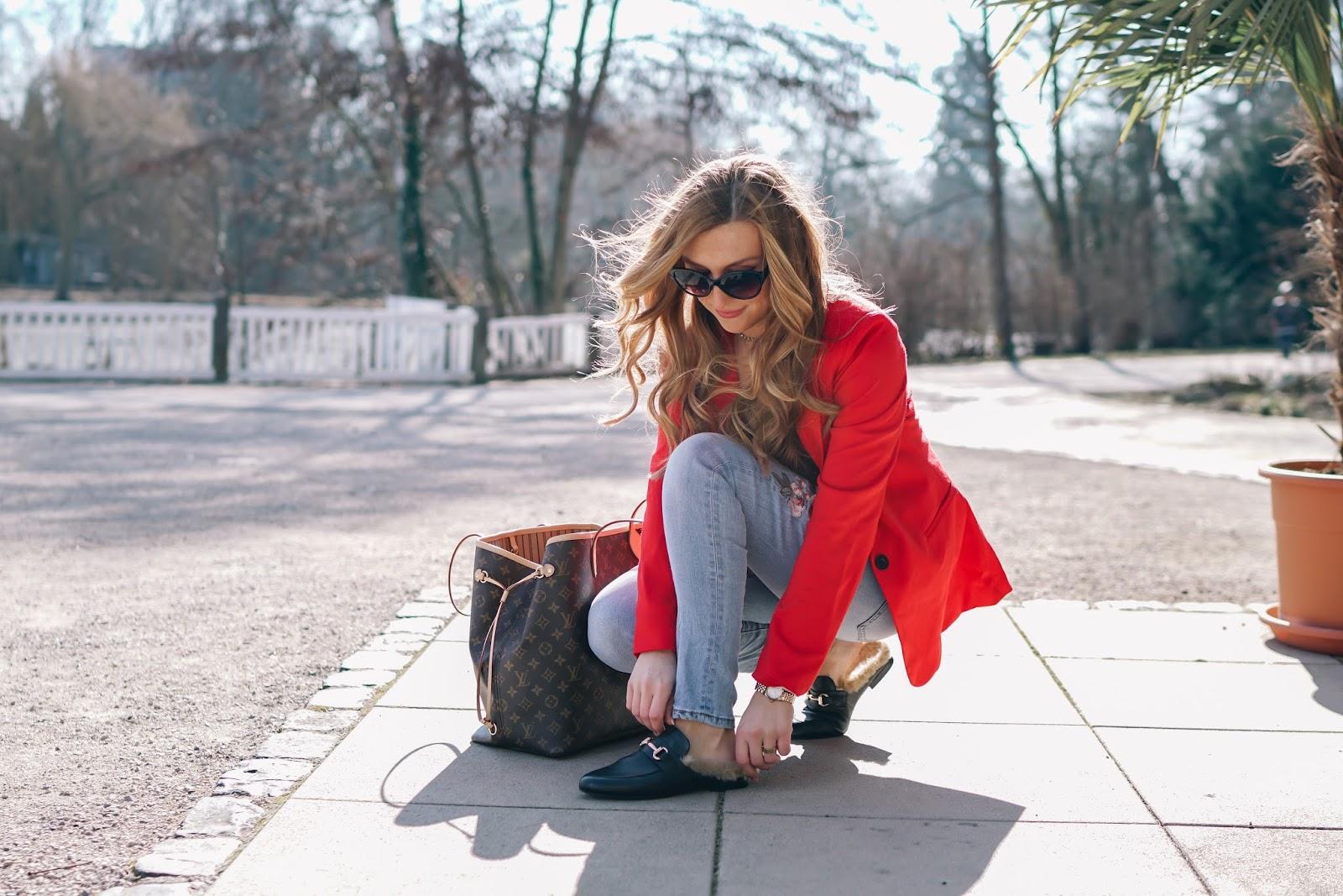 roter-blazer-jeanshose-mit-stickerei-slipper-lokk-like-gucci-louis-vuitton-neverful-gm