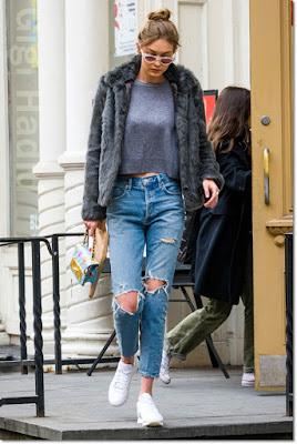 ジジ・ハディッド(Gigi Hadid)は、ラヴァーズフレンズ(Lovers + Friends)のジャケット、グラナ(Grana)のクロップトップ、エーゴールドイー(A Gold E)のジーンズ、モスキーノ(Moschino)のショルダーバッグ、リーボック(Reebok)のスニーカーを着用。
