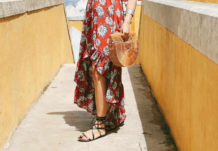 Vestido largo asimétrico y bolso de madera