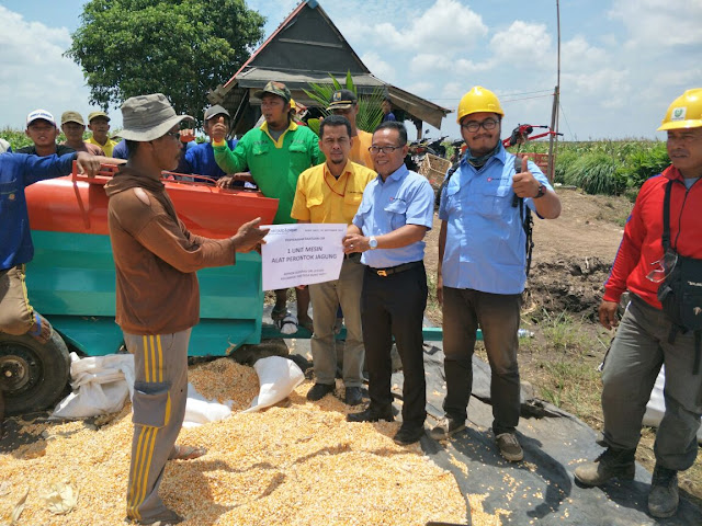 Tingkatkan Kesejahteraan Petani, OKI Pulp Berikan Mesin Perontok Jagung