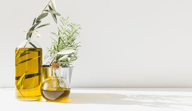 Mengoleskan minyak zaitun