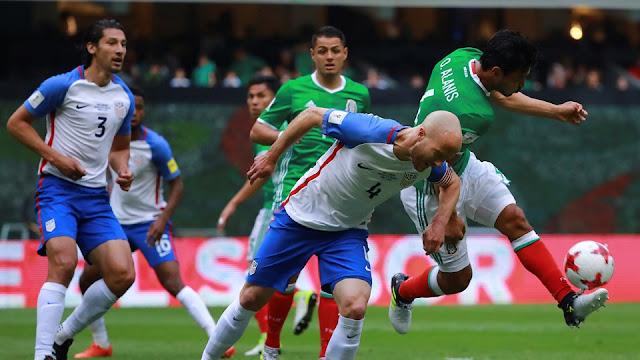 Osvaldo Alanis disputa un balón con Michael Bradley en el partido México vs. EU en la Hexagonal Final de la Eliminatoria Concacaf