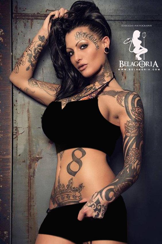 Vemos a una chica posando eta cubierta de tatuajes