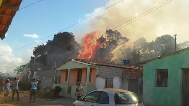 Ibicoara: Fogo se alastra nos fundos de residência na Zona Rural e atinge Mata