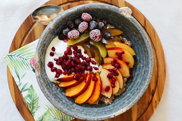 Mein Haferbrei-Frühstück, neudeutsch: Porridge-Power-Bowl, mit selbstgemachter Mandelmilch und viel Spermidin und Hanf