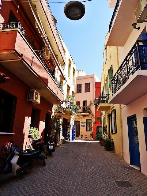 wąskie uliczki i klimat greckich miasteczek