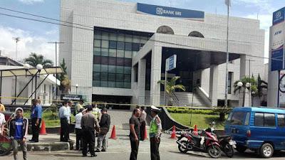Bank BRI Cabang Garut dijaga aparat Polisi. Sumber : @infogarut.