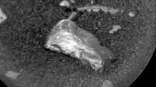 Misteriosa Pietra brillante trovata su Marte dal Curiosity della NASA.