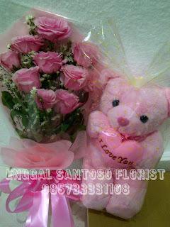 rangkaian bunga tangan dan boneka mawar pink