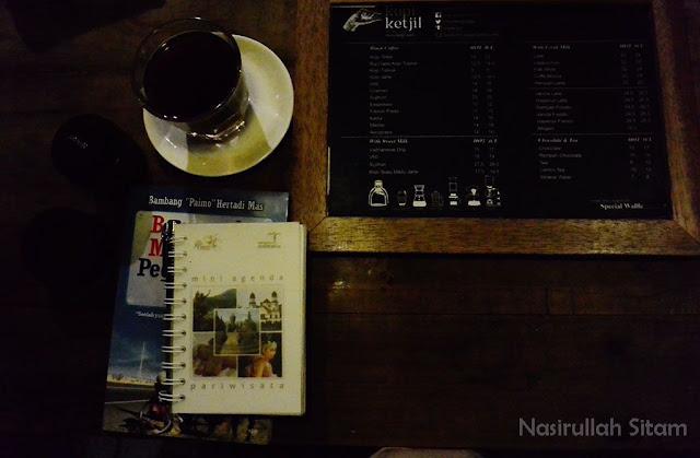 Aku menikmati kopi ditemani buku