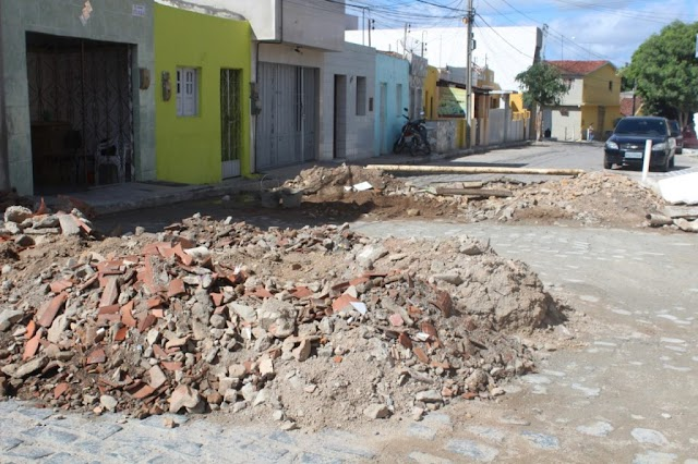 Rua da Encruzilhada recebe serviços de troca de tubulação e reparos na pavimentação