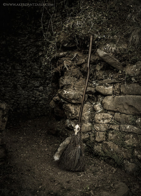 Aker Dantzaria Witch Lair Fox Broomstick Besom Broom