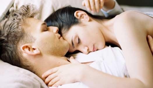 Pareja en la cama luego de tener relaciones