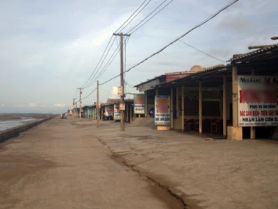 Những kiot trải dài dọc bãi biển Quất Lâm