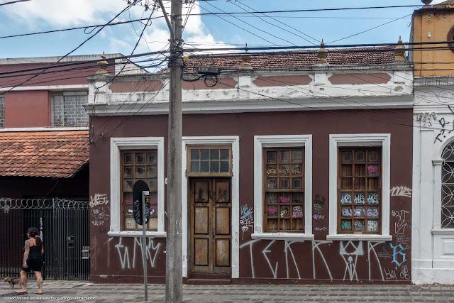Casa na Rua Inácio Lustosa com urna na platibanda