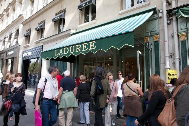 kolejka przed Ladurée w Paryżu
